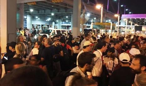 Các hành khách tại Terminal được sơ tán ra khỏi sân bay. Ảnh: Twitter