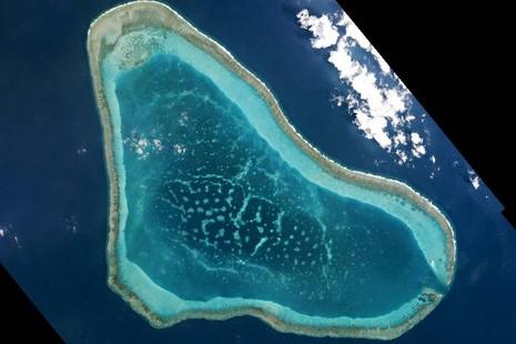 """Ngày 4-9, phía Philippines cho biết họ """"vô cùng lo ngại"""" khi có thêm nhiều tàu Trung Quốc xuất hiện gần bãi cạn Scarborough. Chính phủ Manila đã yêu cầu Đại sứ quán Trung Quốc sớm đưa ra lời giải thích cho sự gia tăng hiện diện của tàu bè Trung Quốc.  Theo hãng tin Reuters, một máy bay quân sự Philippines đã được triển khai bay ngang qua bãi cạn Scarborough vào ngày 3-9 vừa qua. Phi công đã phát hiện khu vực bãi cạn mà Trung Quốc phong tòa bất ngờ có nhiều tàu bè hơn bình thường. Thông tin được xác nhận bởi Bộ trưởng Quốc phòng Philippines Delfin Lorenzana.   Ảnh chụp bãi cạn Scarborough vào tháng 3-2016 được phát trong một buổi hội thảo. Ảnh: Reuters  """"Có 4 tàu hải cảnh và 6 tàu khác, bao gồm cả tàu kéo, của Trung Quốc đã xuất hiện tại bãi cạn Scarborough. Việc không chỉ tàu hải cảnh mà còn có nhiều loại tàu bè khác xuất hiện tại khu vực này khiến chúng tôi vô cùng lo ngại"""", Bộ trưởng Quốc phòng Philippines thông báo cho các phóng viên qua tin nhắn.  Ông Lorenzana cho biết, Bắc Kinh hồi đầu năm 2016 đã cố gửi tàu nạo vét đến bãi cạn Scarborough. Tuy nhiên đến nay, vẫn chưa có dấu hiệu nào đủ rõ để cho thấy Trung Quốc đang xây đắp đảo nhân tạo tại khu vực.  """"Hiện chúng tôi vẫn chưa rõ liệu các tàu kéo này là bước chuẩn bị cho hoạt động nạo hút xây đảo nhân tạo hay không. Nếu họ cố xây dựng bất kỳ thứ gì tại Scarborough, nó sẽ có tác động vô cùng lớn đối với tình hình an ninh tại đây"""", ông Lorenzana cho biết."""