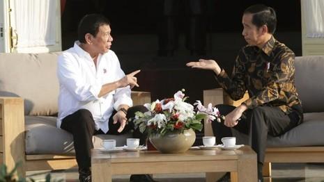 Ông Duterte đòi 'quăng cướp biển cho cá mập ăn' - ảnh 1