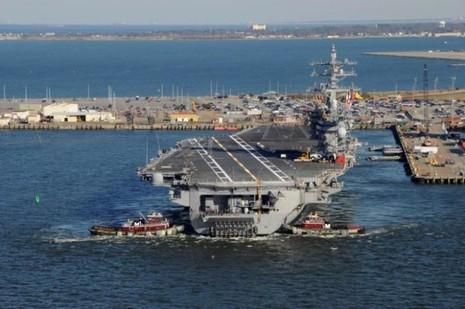 Lính thủy Mỹ bất ngờ sinh con trên tàu sân bay - ảnh 1