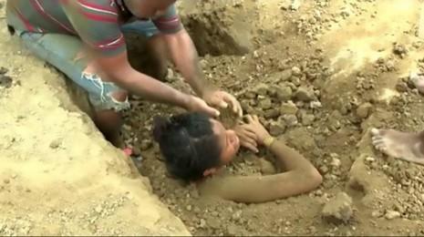 Bị sét đánh vẫn sống, cô gái lại bị chôn sống mỗi tuầnBị sét đánh vẫn sống, cô gái lại bị chôn sống mỗi tuần