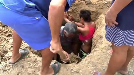 Bị sét đánh vẫn sống, cô gái lại bị chôn sống mỗi tuần