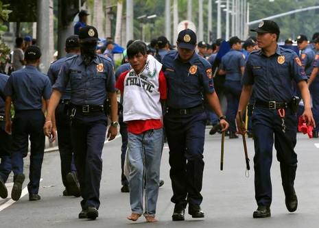 Cảnh sát Philippines dùng xe tải đâm người biểu tình