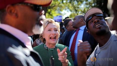 Clinton bóng gió Trump là 'kẻ thua cuộc cay cú'
