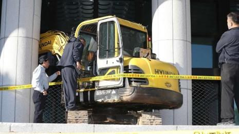 Lao xe cẩu vào tòa nhà chính phủ đòi giết Choi Soon-sil - ảnh 1