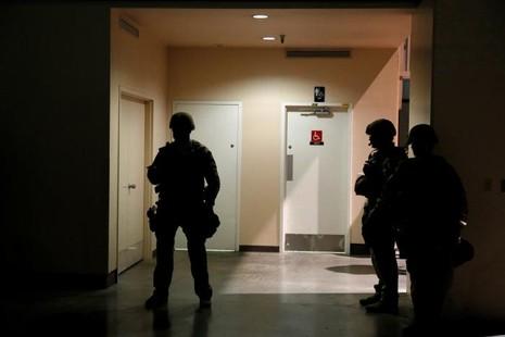 Bảo vệ sơ tán khẩn ông Donald Trump khỏi khán đài - ảnh 2