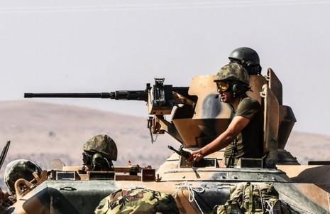 """Xe tăng Thổ Nhĩ Kỳ cùng binh lính trong chiến dịch """"Lá chắn Euphrates"""" ở Syria. Ảnh: AFP"""