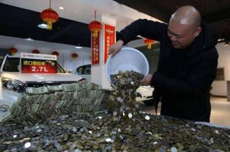 Mang 57.000 USD tiền lẻ đi mua siêu xe tại Trung Quốc