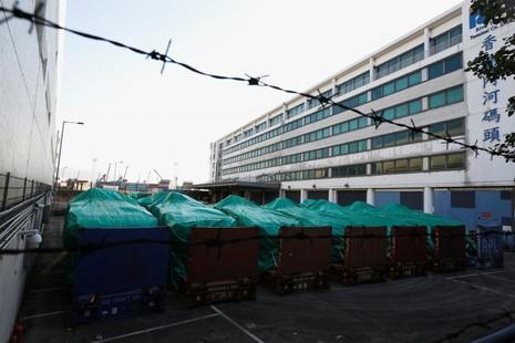 Các xe bọc thép của Singapore bị hải quan Hong Kong tạm giữ. Ảnh: REUTERS