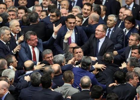 Nghị sĩ Thổ Nhĩ Kỳ ẩu đả nhau tại Quốc hội - ảnh 1