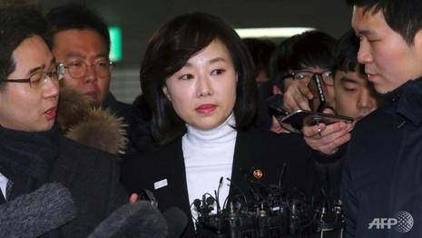 Bắt khẩn bộ trưởng Văn hóa Hàn Quốc vì 'danh sách đen' - ảnh 1