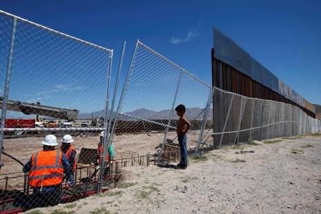 Trump sẽ tốn 8 tỉ đô để xây tường biên giới với Mexico? - ảnh 1