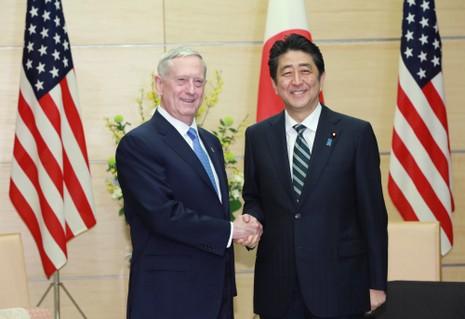 Bộ trưởng Quốc phòng Mỹ hứa 'kề vai sát cánh' với Nhật - ảnh 1