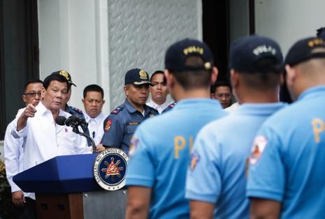 Ông Duterte bắt cảnh sát bẩn ra 'tiền tuyến' - ảnh 1