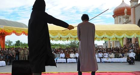 Indonesia: Người đồng tính quan hệ bị phạt đánh 100 roi - ảnh 1
