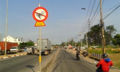 Biển báo giao thông khiến ai cũng phải... ngoái nhìn - ảnh 1