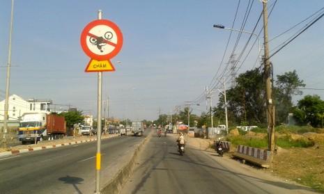 Biển báo giao thông khiến ai cũng phải... ngoái nhìn - ảnh 2