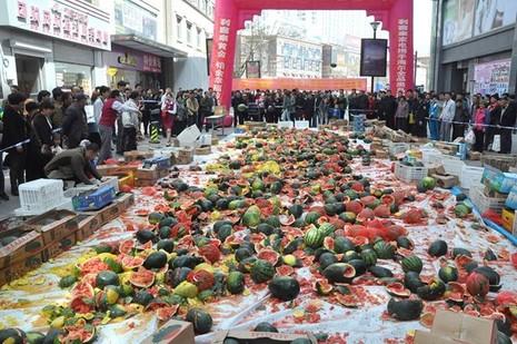 Trung Quốc: Người dân đập nát 4 tấn dưa hấu vì sợ bị nhiễm độc - ảnh 1