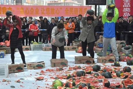 Trung Quốc: Người dân đập nát 4 tấn dưa hấu vì sợ bị nhiễm độc - ảnh 2