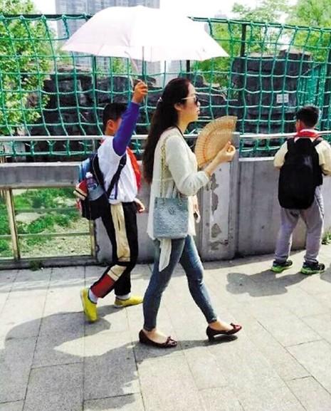 Cư dân mạng phẫn nộ trước cảnh học sinh phải cầm ô che cho cô giáo - ảnh 2