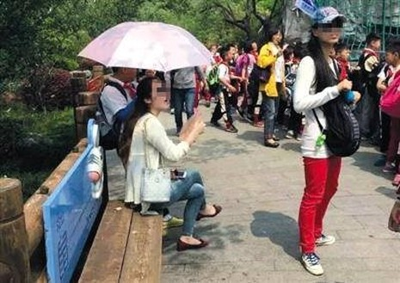 Cư dân mạng phẫn nộ trước cảnh học sinh phải cầm ô che cho cô giáo - ảnh 1