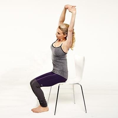 Năm động tác yoga 'ngồi tại chỗ' dành cho các chị em công sở - ảnh 2