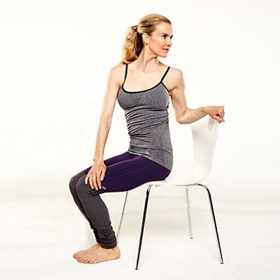 Năm động tác yoga 'ngồi tại chỗ' dành cho các chị em công sở - ảnh 3