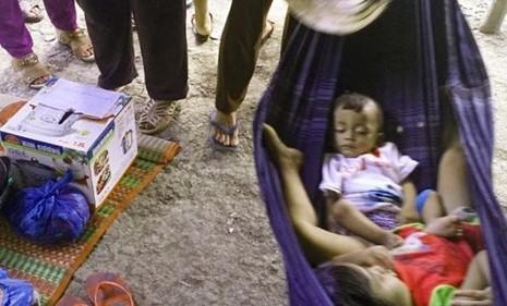 Sau cái chết của vợ chồng ông Hậu - bà Na, bà con hàng xóm đã đặt thùng quyên góp giúp đỡ những đứa con côi cút - Ảnh: K.Nam