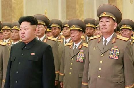 Lãnh đạo Triều Tiên Kim Jong-un (trái) và Bộ trưởng Quốc phòngHyon Yong-chol. Ảnh: WantChinaTimes