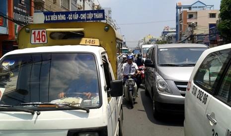 Ùn tắc hàng giờ vì xe bồn chở dầu va chạm xe máy - ảnh 8