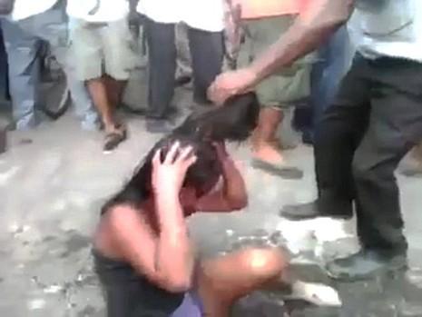Kinh hoàng thiếu nữ bị đánh đập và thiêu sống trước mặt đám đông - ảnh 1