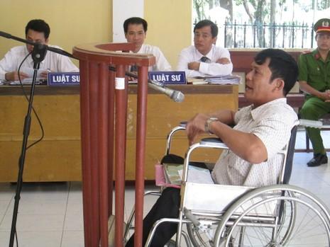 Xử phúc thẩm vụ 'ngồi xe lăn chống người thi hành công vụ' - ảnh 1