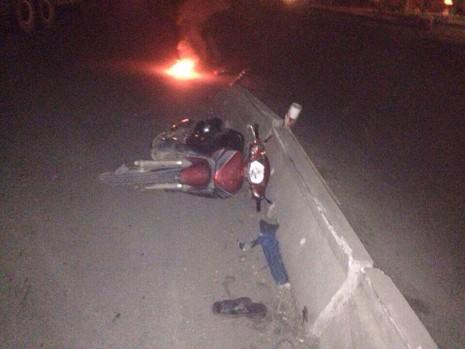 Người đàn ông tự lao xe vào dải phân cách giữa đêm khuya - ảnh 1