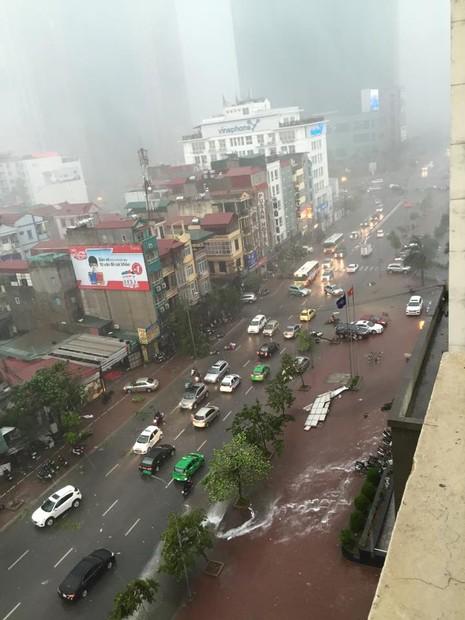 Hà Nội mưa giông kinh hoàng, cây đổ, xe lật, nhà bật móng - ảnh 10