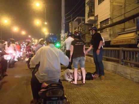Chóng mặt, người phụ nữ lái xe tông vào thành cầu rồi bất tỉnh - ảnh 2