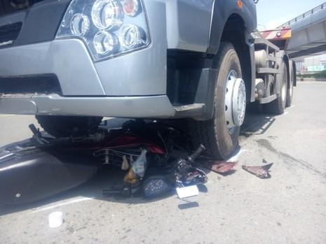 Cô gái trẻ thoát chết khi bị cuốn vào gầm xe container - ảnh 1