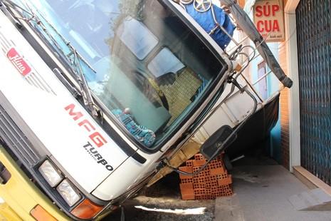 Xe tải sụp hố ga lật chổng vó giữa phố Sài Gòn - ảnh 4