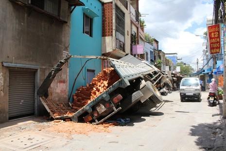 Xe tải sụp hố ga lật chổng vó giữa phố Sài Gòn - ảnh 5