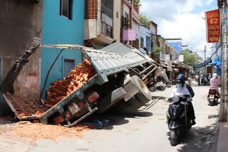 Xe tải sụp hố ga lật chổng vó giữa phố Sài Gòn - ảnh 6