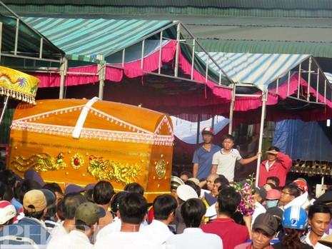 Tiễn đưa 6 nạn nhân vụ thảm sát Bình Phước về nơi an nghỉ cuối cùng - ảnh 1