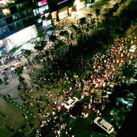 Hàng trăm người tụ tập làm náo loạn phố đi bộ Nguyễn Huệ - ảnh 2
