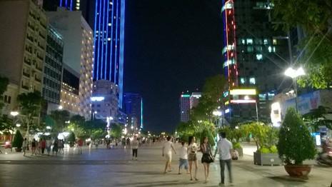 Hàng trăm người tụ tập làm náo loạn phố đi bộ Nguyễn Huệ - ảnh 3