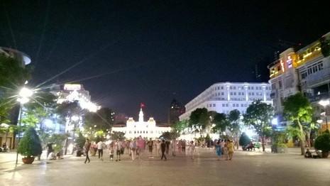 Hàng trăm người tụ tập làm náo loạn phố đi bộ Nguyễn Huệ - ảnh 4