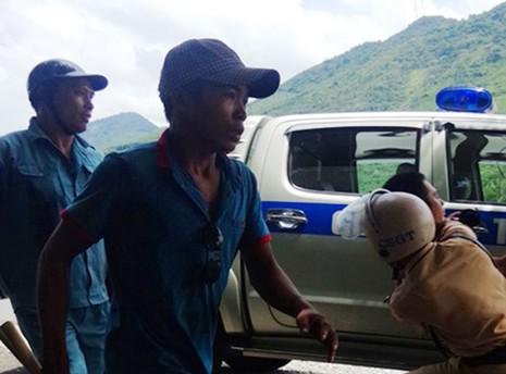 Cảnh sát giao thông quật ngã nhóm côn đồ đánh người - ảnh 1