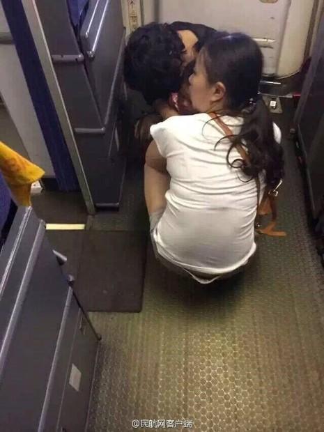 Đôi vợ chồng Trung Quốc cho con đại tiện ngay trên khoang máy bay - ảnh 1
