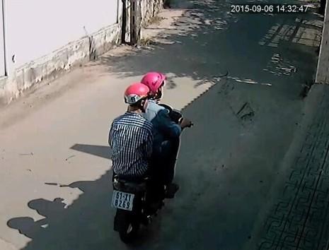 Đi ăn trộm, bị camera xóm trọ ghi lại rõ mồn một - ảnh 1