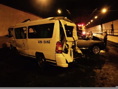Xe ô tô nối đuôi tông nhau trong hầm đường bộ Hải Vân - ảnh 2