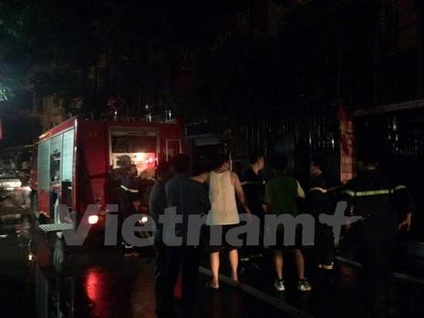Cháy lớn cạnh trung tâm luyện thi, hơn 10 học sinh mắc kẹt - ảnh 1