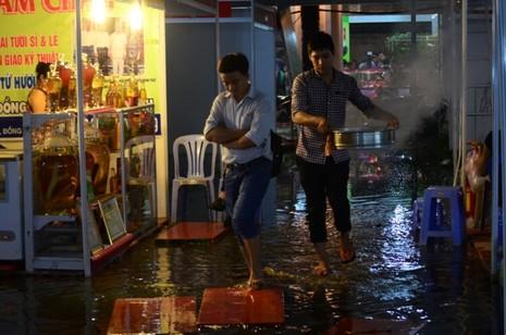Sài Gòn mưa như trút, gần 500 gian hàng triển lãm 'chết đứng' - ảnh 6