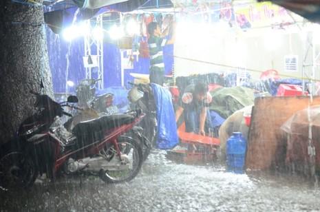Sài Gòn mưa như trút, gần 500 gian hàng triển lãm 'chết đứng' - ảnh 7